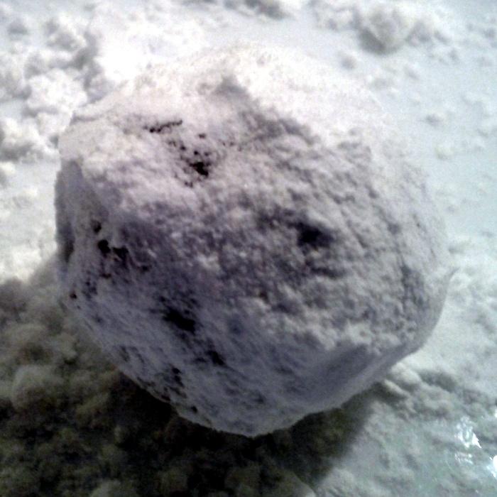 boule de pâte roulée dans le sucre glace